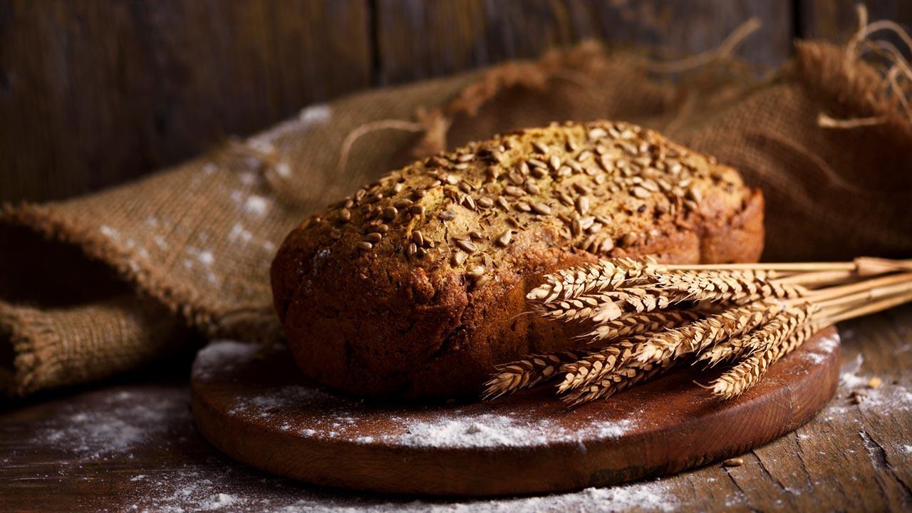 Knuspriges Bauernbrot - Die besten Rezept - knuspriges Bauernbrot auf einem Brett