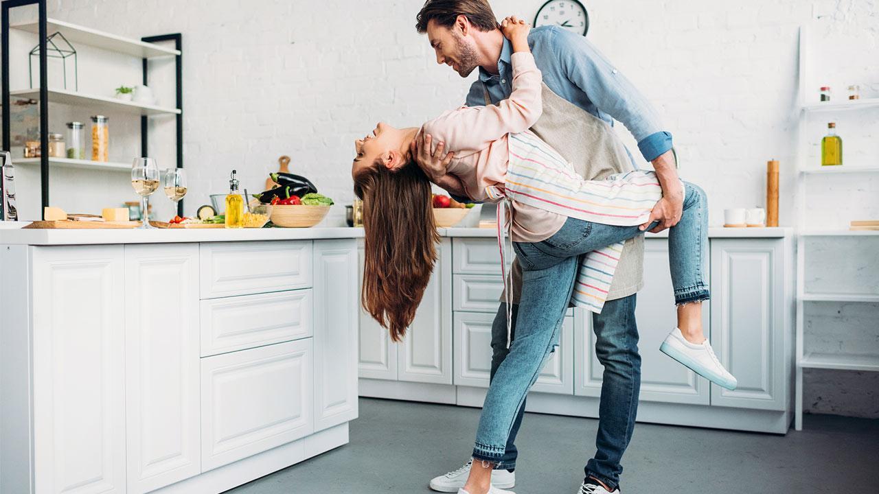 Tango lernen- tolle Erfahrung für Pärchen - Pärchen tanzt Tango in der Küche
