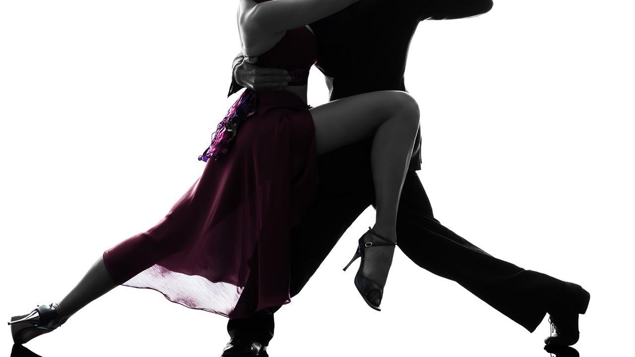 Tango lernen- tolle Erfahrung für Pärchen - ein Pärchen tanzt Tango