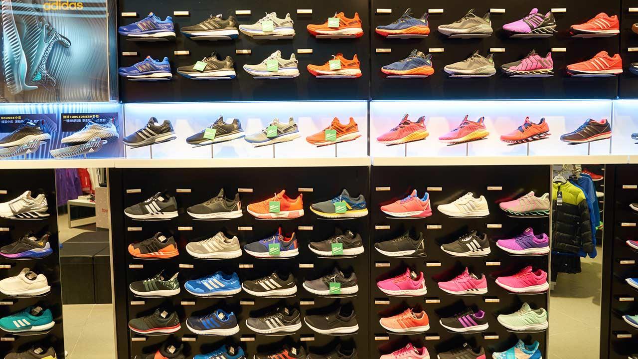 Sportschuhe im Test - Teuer oder Preiswert - eine Wand voller teureren Sportschuhen