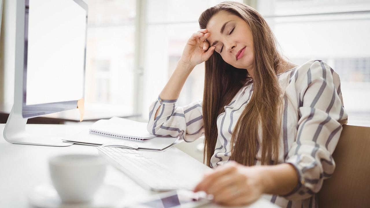 Fitness für die Seele - Mentales Training - Frau konzentriert sich eine Minute auf ihre Atmung