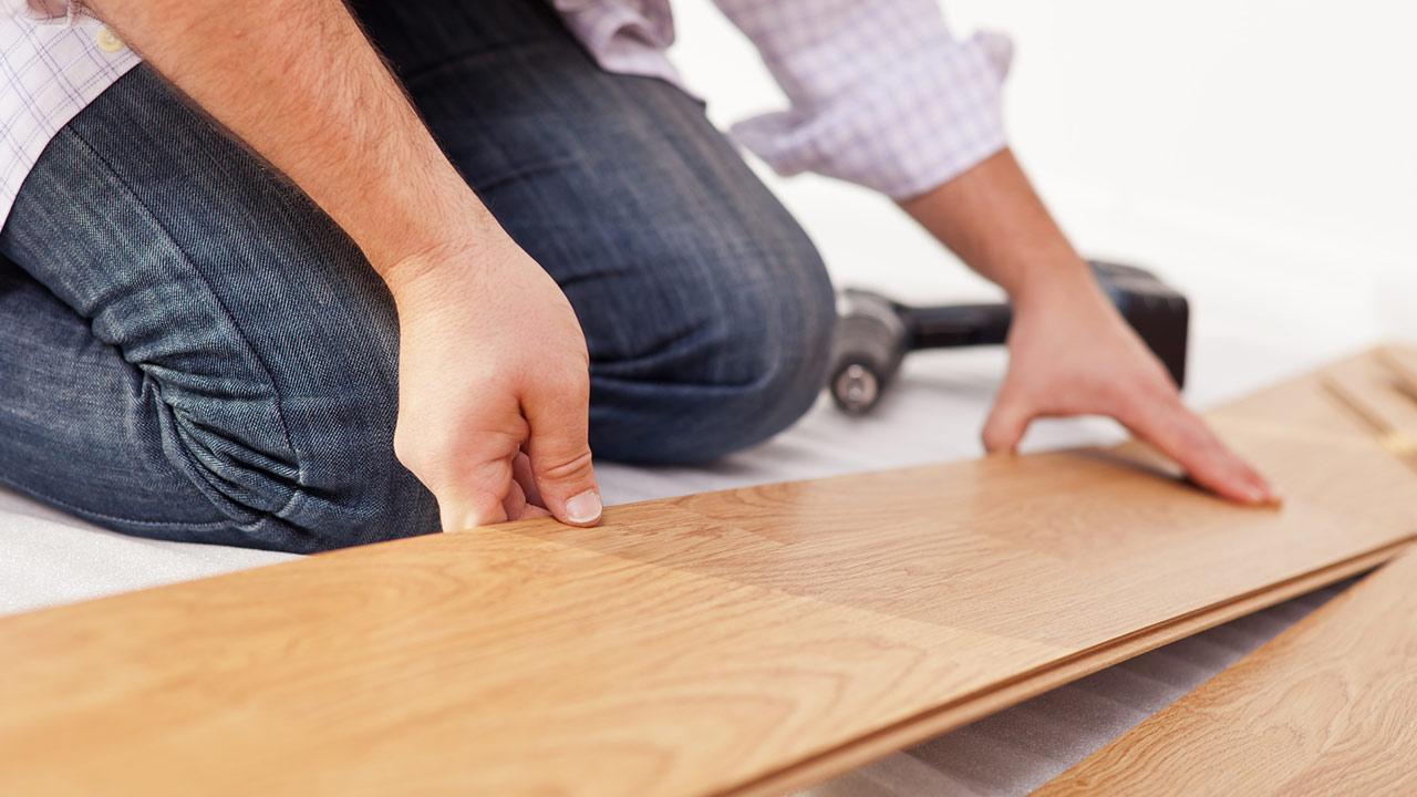 Boden verlegen -So einfah gehts - Laminatboden wird verlegt