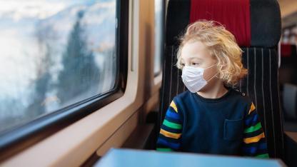 Bahnreisen in Coronazeit - Das sollten Sie beachten - Mädchen mit Maske