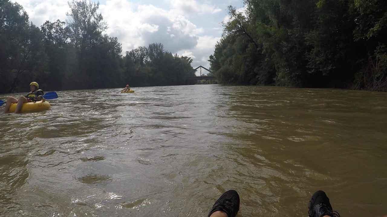 Tubing – mit dem Schlauch über den Fluss paddeln - durch den Fluss