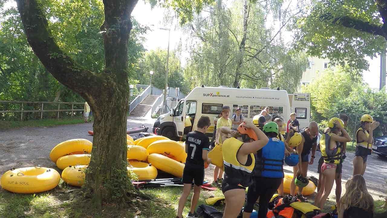 Tubing – mit dem Schlauch über den Fluss paddeln - Ausrüstung ausfassen