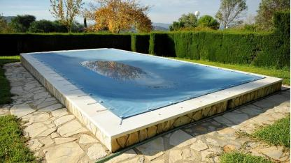 Den Swimmingpool richtig einwintern - Plane für den Winter
