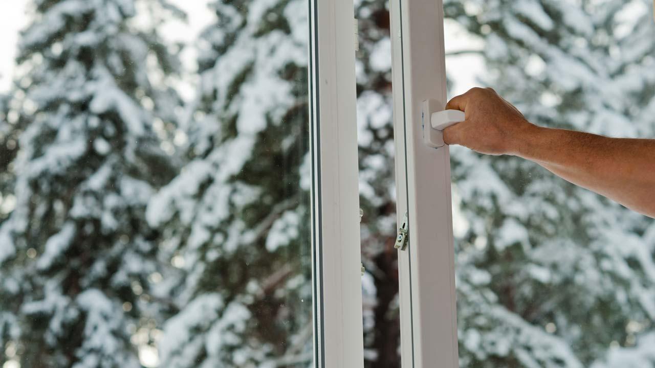 Richtig lüften im Winter um Corona Infektion durch Aerosole zu vermeiden - Fenster öffenen