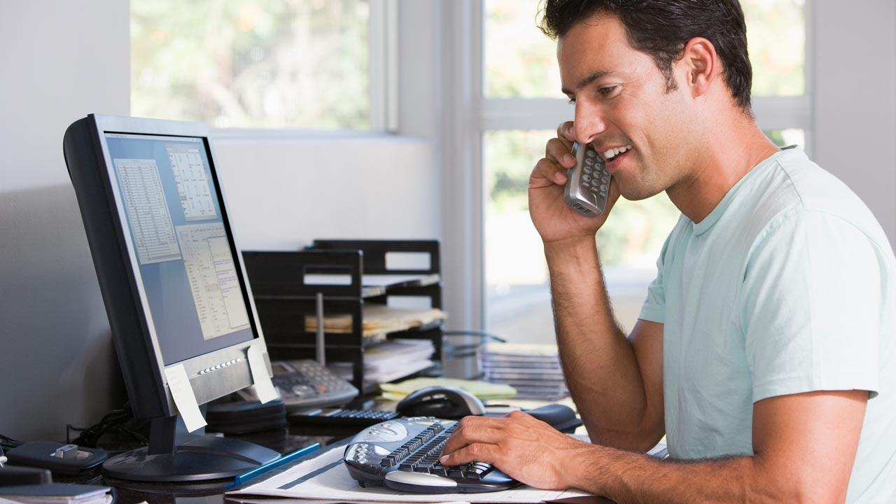 Produktivität im Home Office / Home Schooling - Man telefoniert