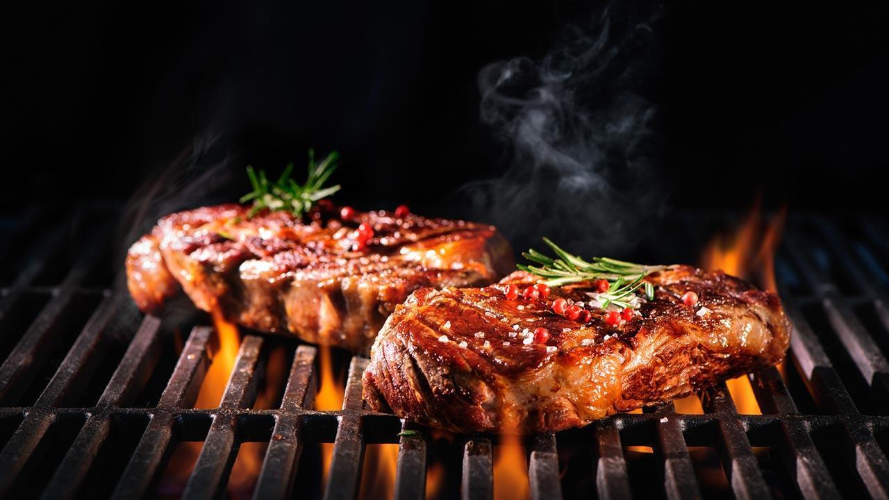 Gasgrill richtig reinigen - Fleisch am Grill