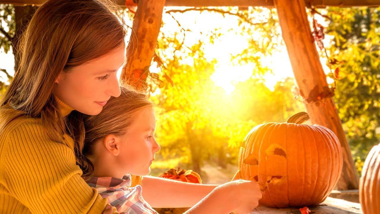 Basteln mit Kindern im Herbst - Kürbis schneiden