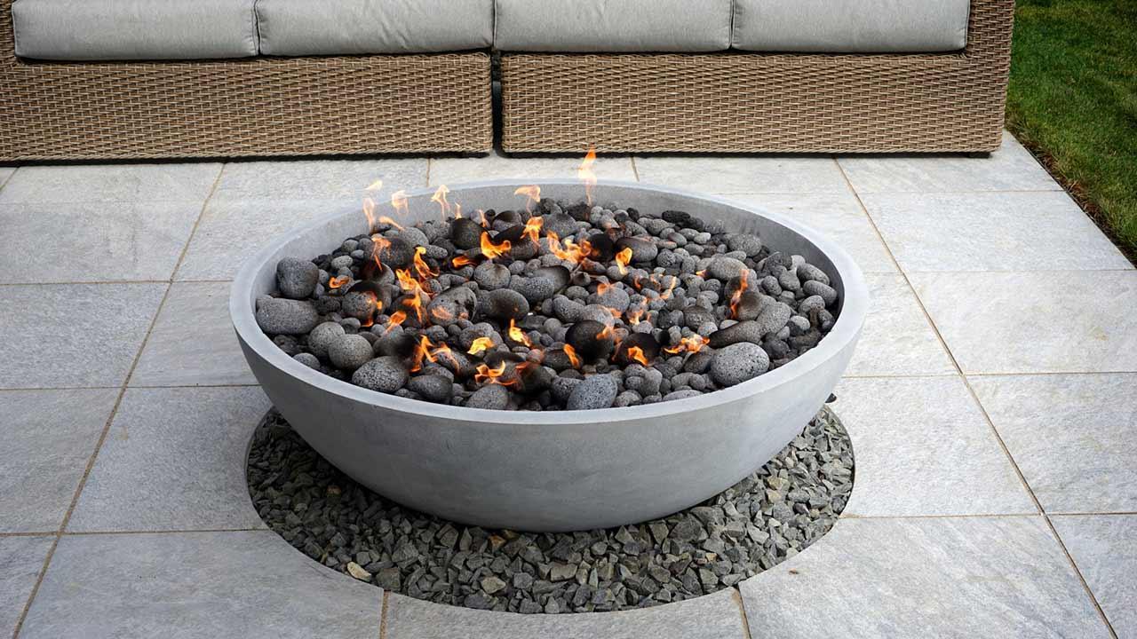 Terrassenfeuer bringt Stimmung am Abend - moderne Feuerschale