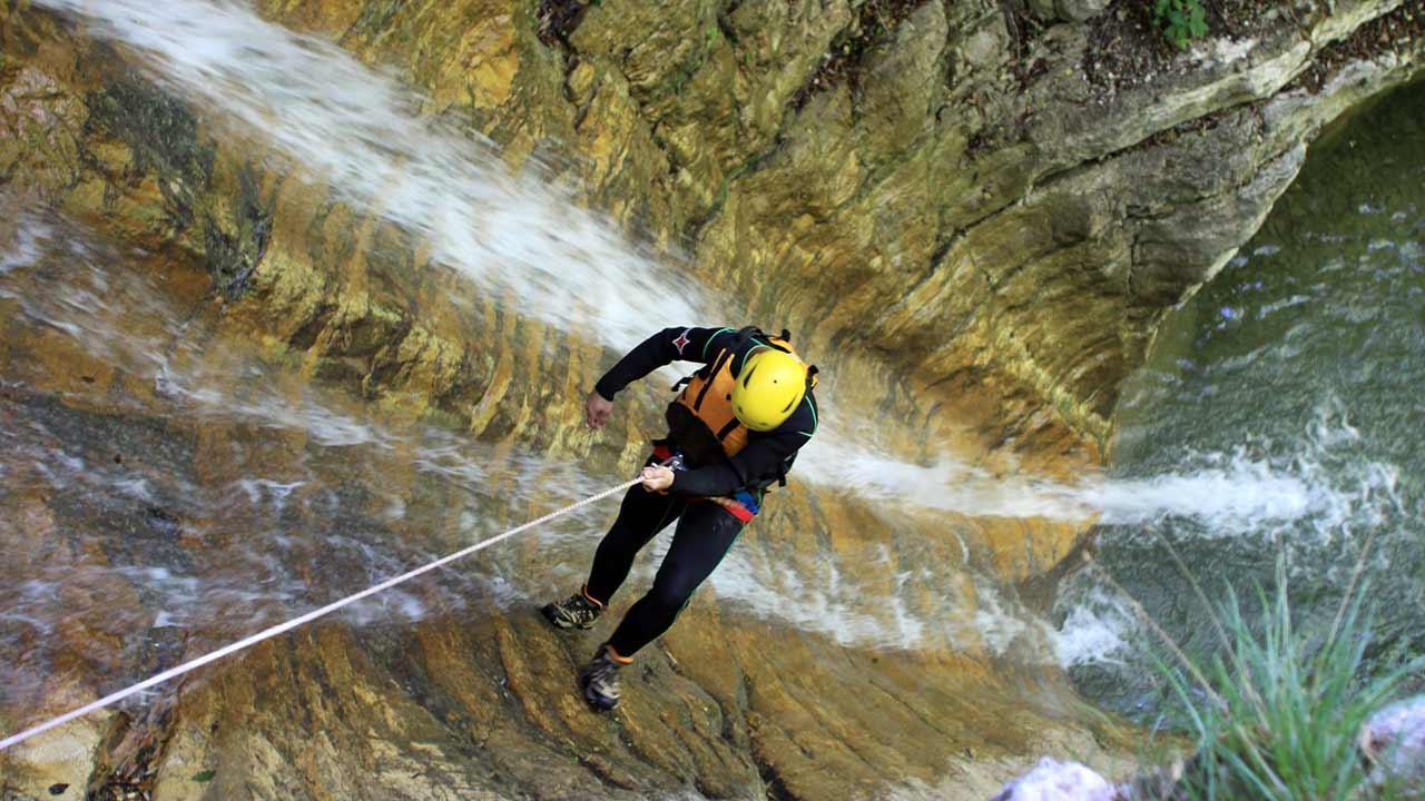 Canyoning am Gardasee - Abseilen im Wasserfall