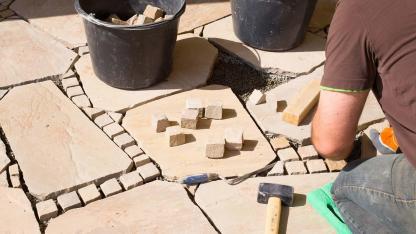 Wie pflaster ich eine Steinterasse?