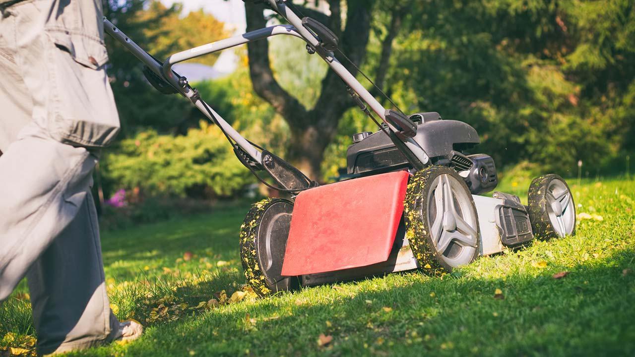 Gartenarbeit im Herbst - Rasenmähen