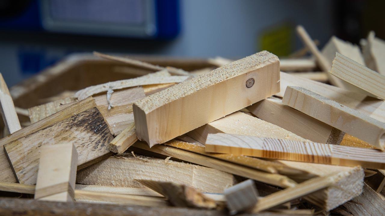 Ein Vogelhäuschen für den Winter selber bauen - Restholz