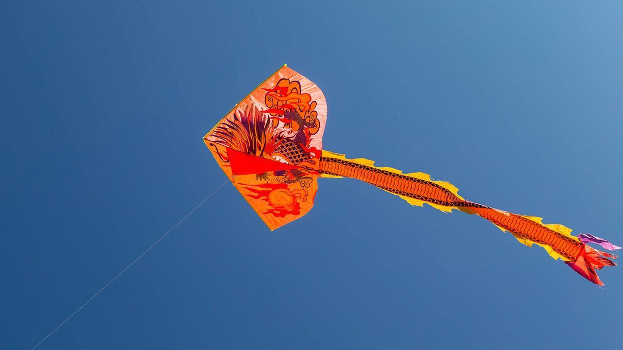 Tolle Drachen selber basteln mit Kindern - am blauen Himmel