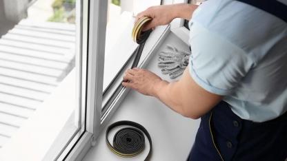 Wie man Fenster und Türen effektiv gegen Zugluft abdichtet