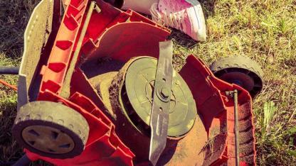 Rasenmäher winterfit machen - Gehäuse reinigen