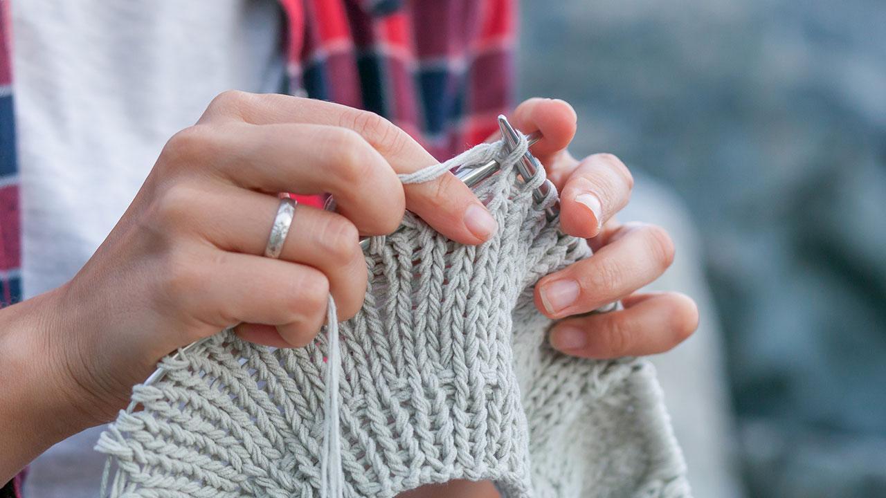 Warme Socken für den kalten Winter stricken - Stricken mit grauer Wolle