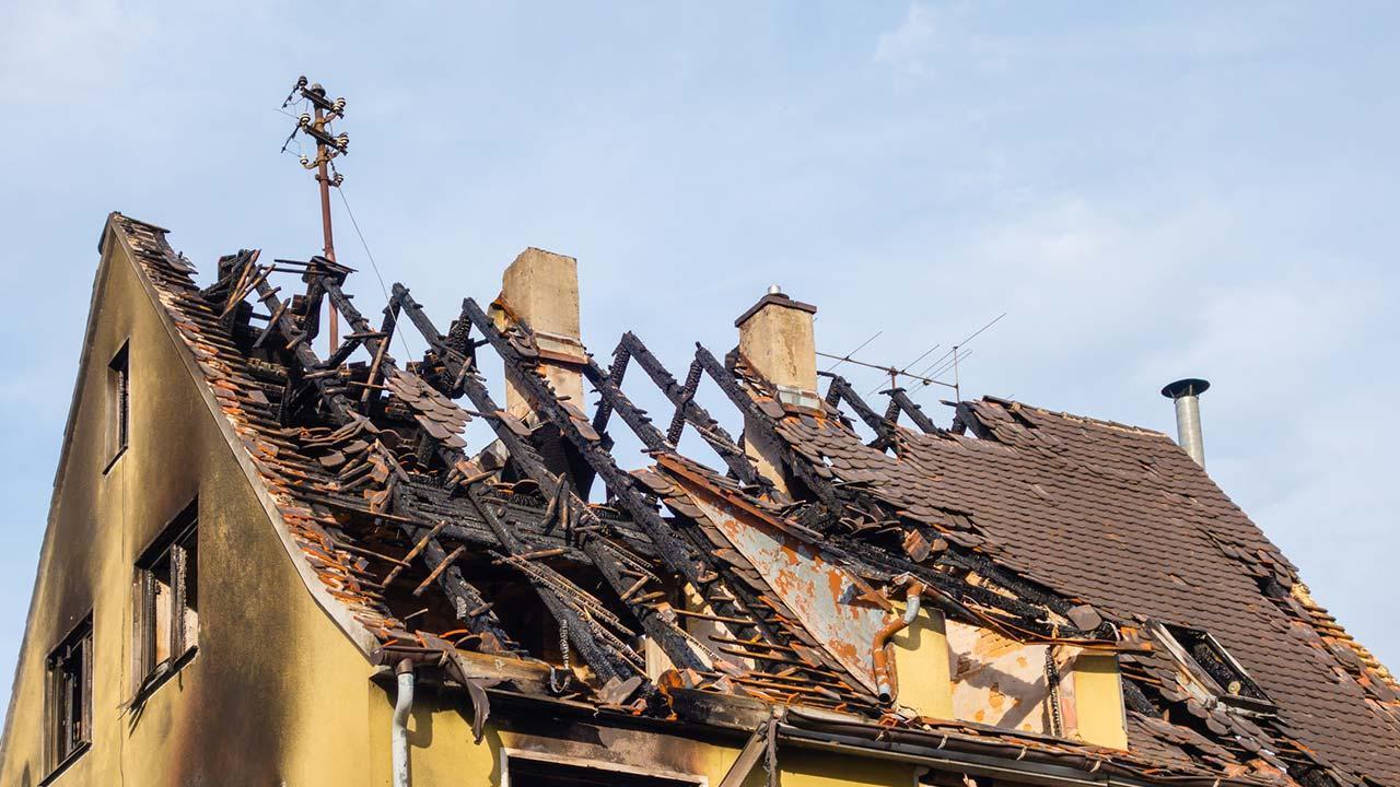 Wie schütze ich mein Haus vor Silvesterschäden - abgebranntes Haus