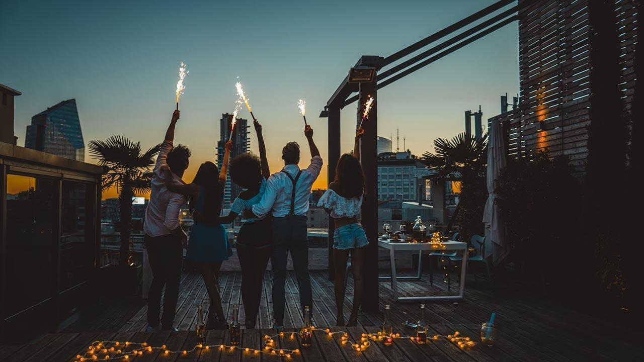 Privates Feuerwerk im Garten - Vor- und Nachteile - Gruppe feiert