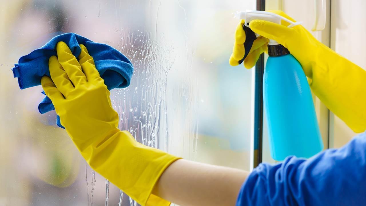 Wie putzt man Streifenfrei Fenster - mit Handschuhen