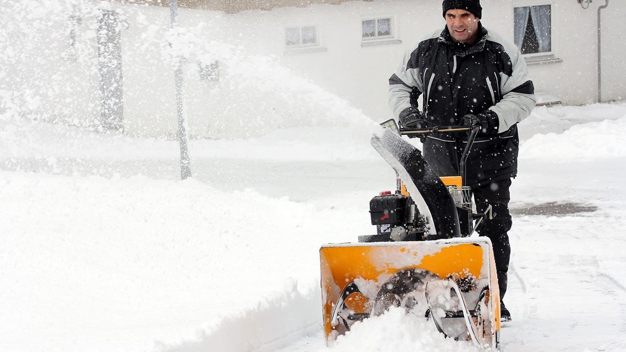 Den Gehsteig richtig vom Schnee befreien - Schneefräse