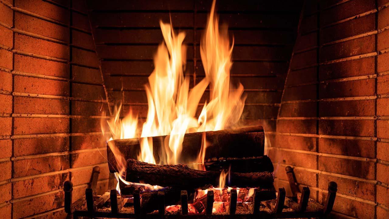 Brennholz einlagern im Winter - Kaminfeuer