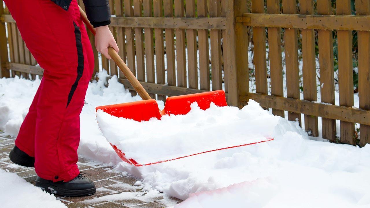 Tipps für Anschaffung einer neuen Schneeschaufel - Kunststoff in Rot