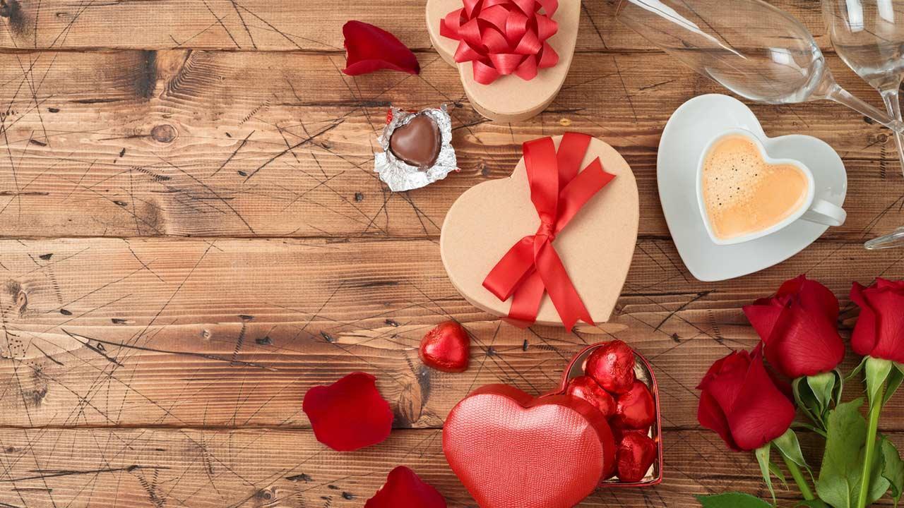 Ein romantisches Valentinsessen planen - schön gedeckter Tisch