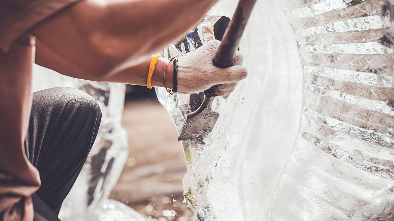 Eisskulpturen selbst gemacht - Eis bearbeiten