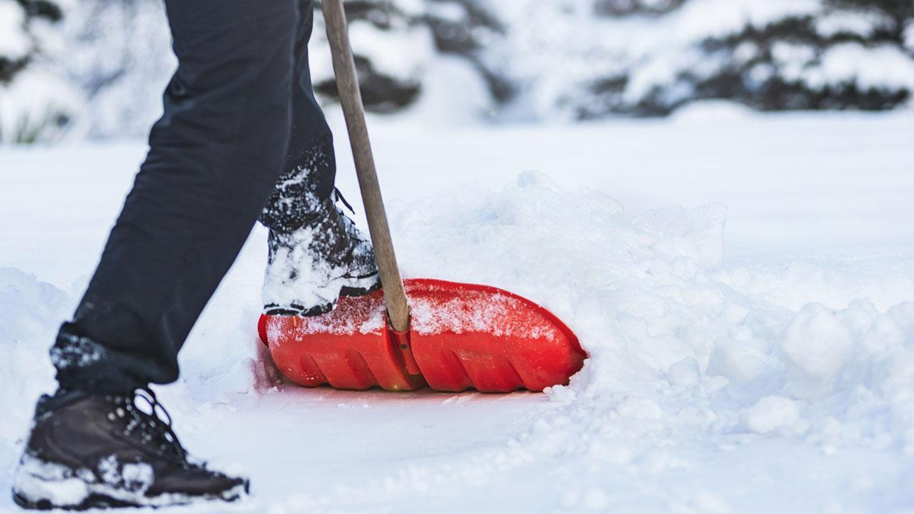 Ein Eislaufplatz im Garten - Schnee schaufeln