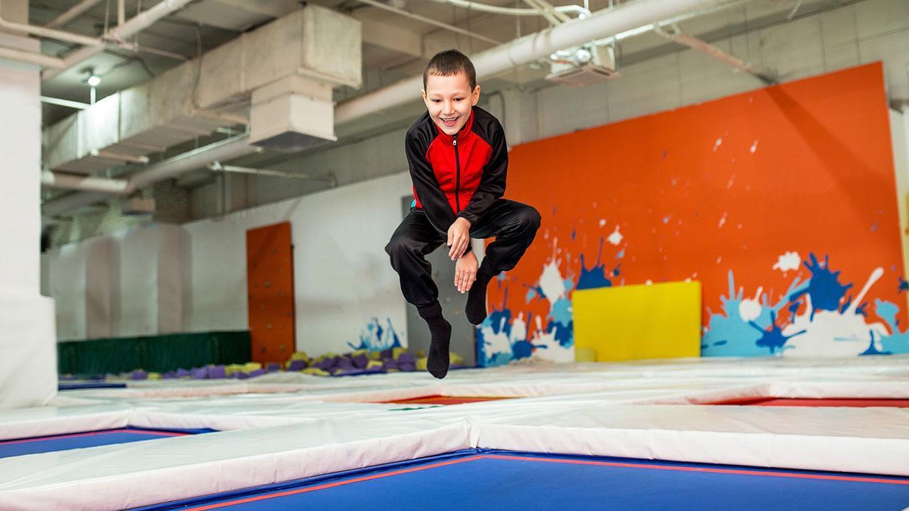 Die Trapolinhalle bringt die Kinder vom Fernseher weg - Junge im Trainingsanzug