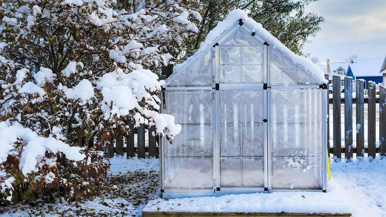 Beginn der Pflanzzeit im Kleingewächshaus - im winterlichen Garten