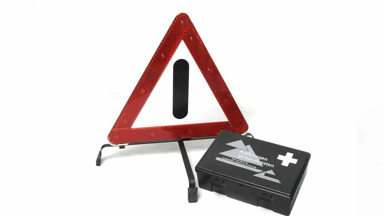 Warndreieck und Verbandskasten kontrollieren - Warndreieck und Verbandszeug
