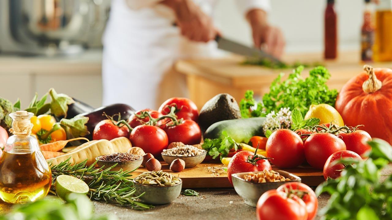 Vegane Ernährung ausprobieren zur Fastenzeit - Koch mit veganen Lebensmittel