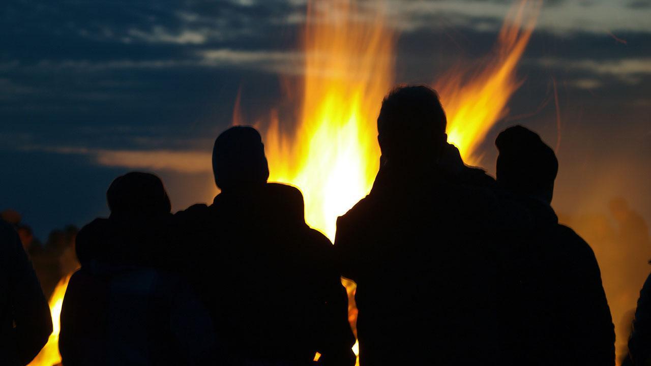 Osterfeuer - Menschen ums Feuer