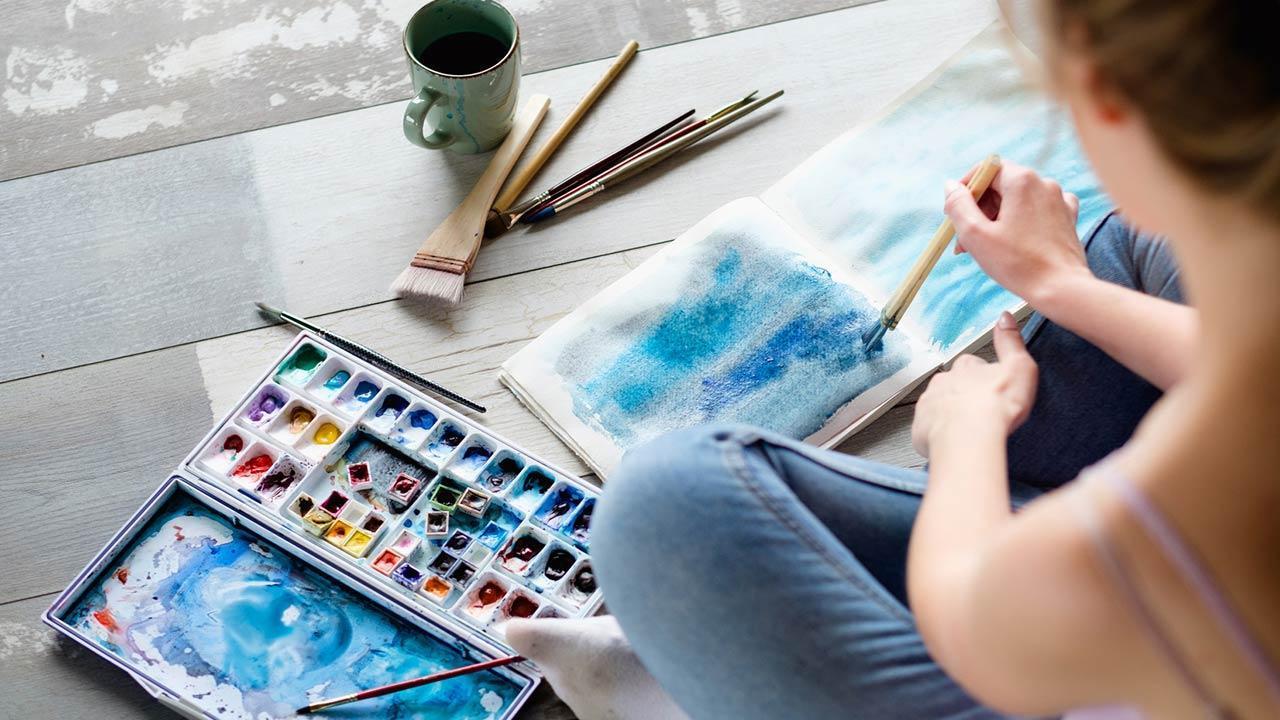 Einstieg in die Hobby-Malerei - Aquarell - Frau malt am Boden