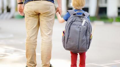 Der erste Schulranzen - worauf muss ich achten ? - KInd mit zu großem Rucksack