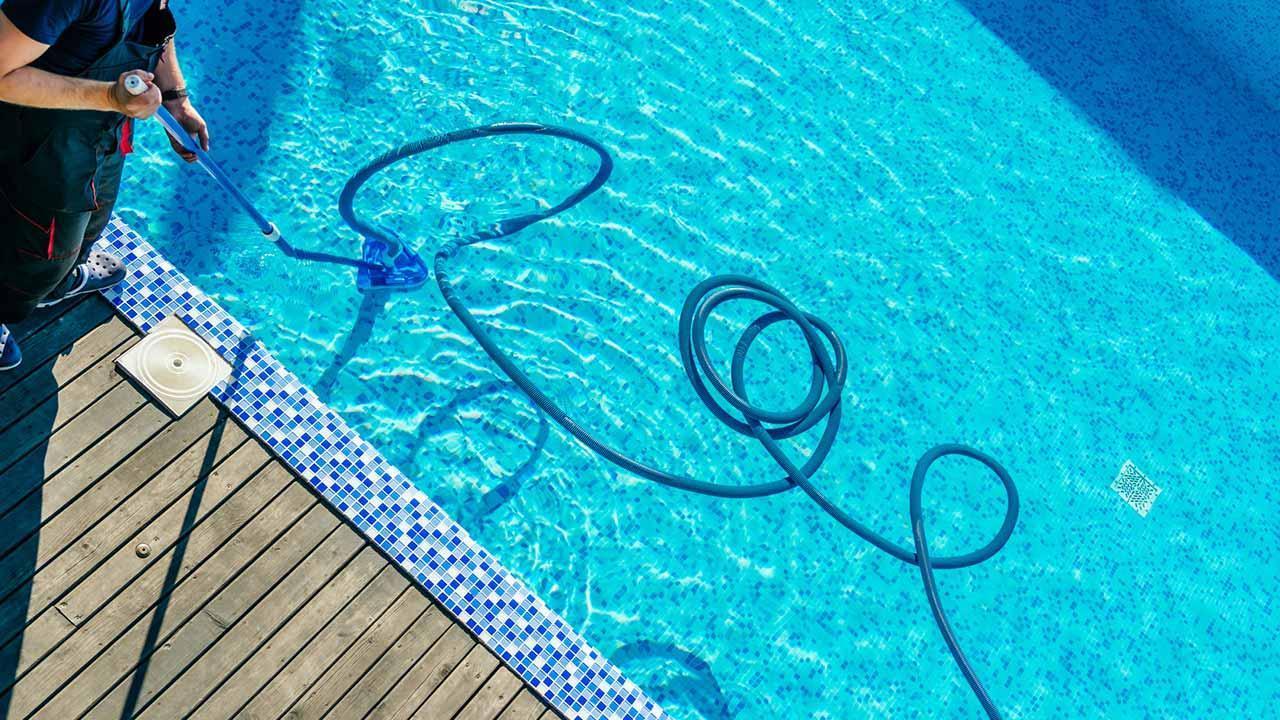 Swimmingpool aus dem Winterschlaf erwecken - Saugen