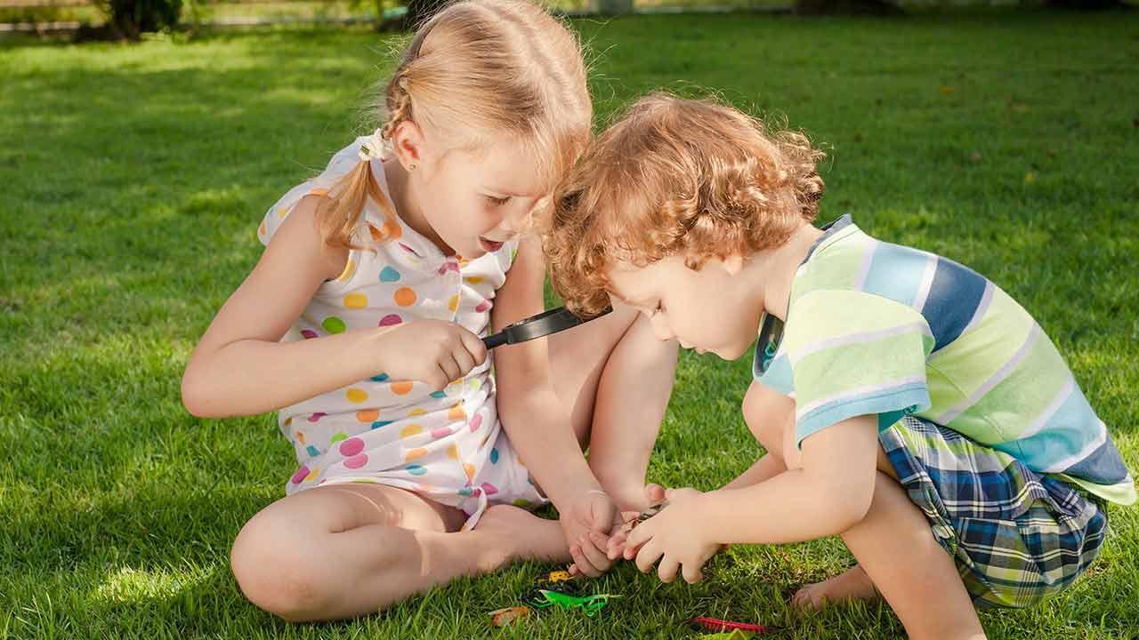 Outdoor Spielzeug für Kinder - Lupenglas im Garten