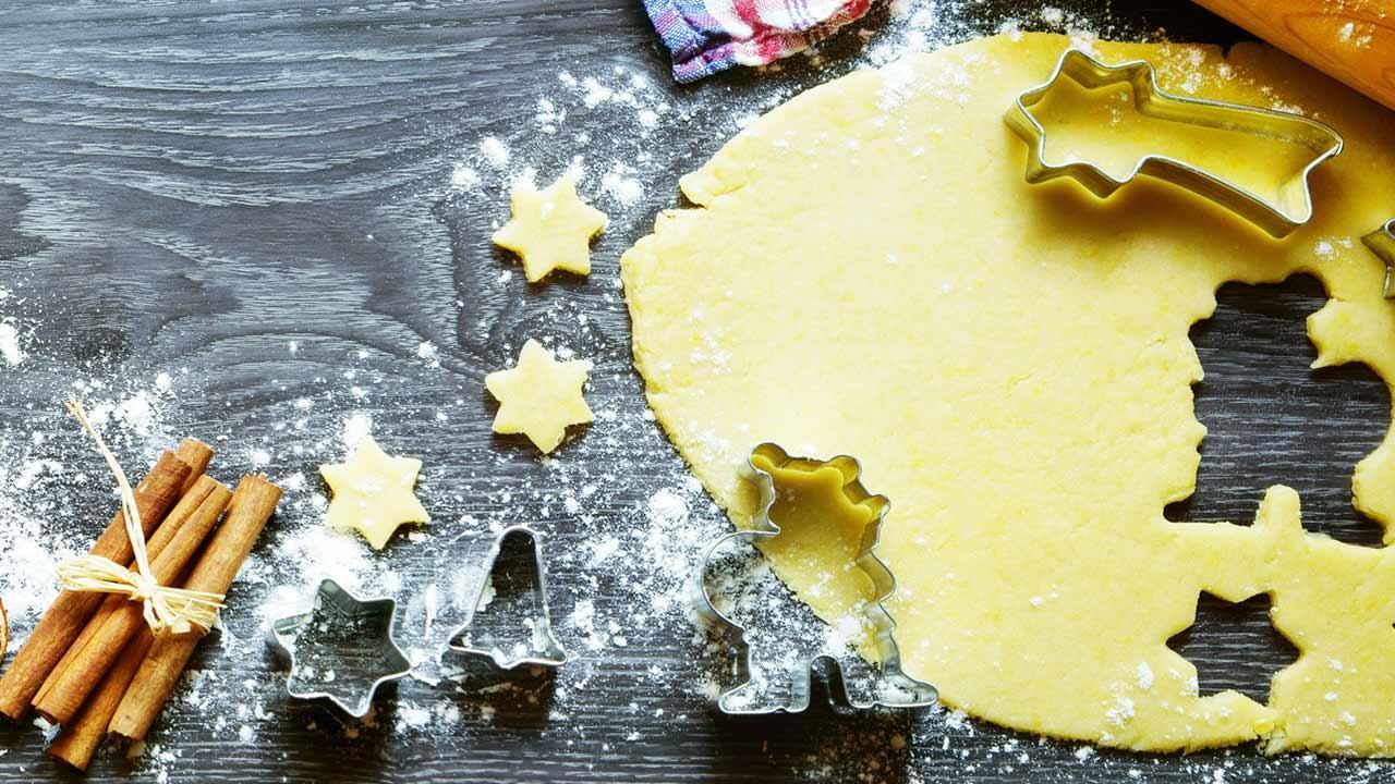 Leckere Weihnachtsbäckerei - Kekse ausstechen