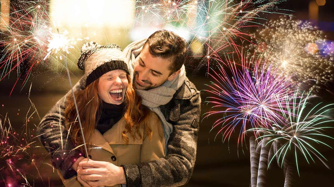 10 Dinge die man an Silvester vermeiden sollte - Pärchen im Feuerwerk