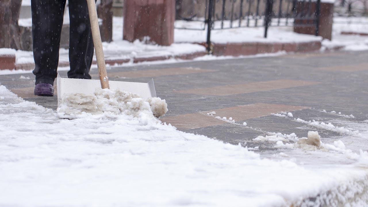 Den Gehsteig richtig vom Schnee befreien - Schneeschaufel