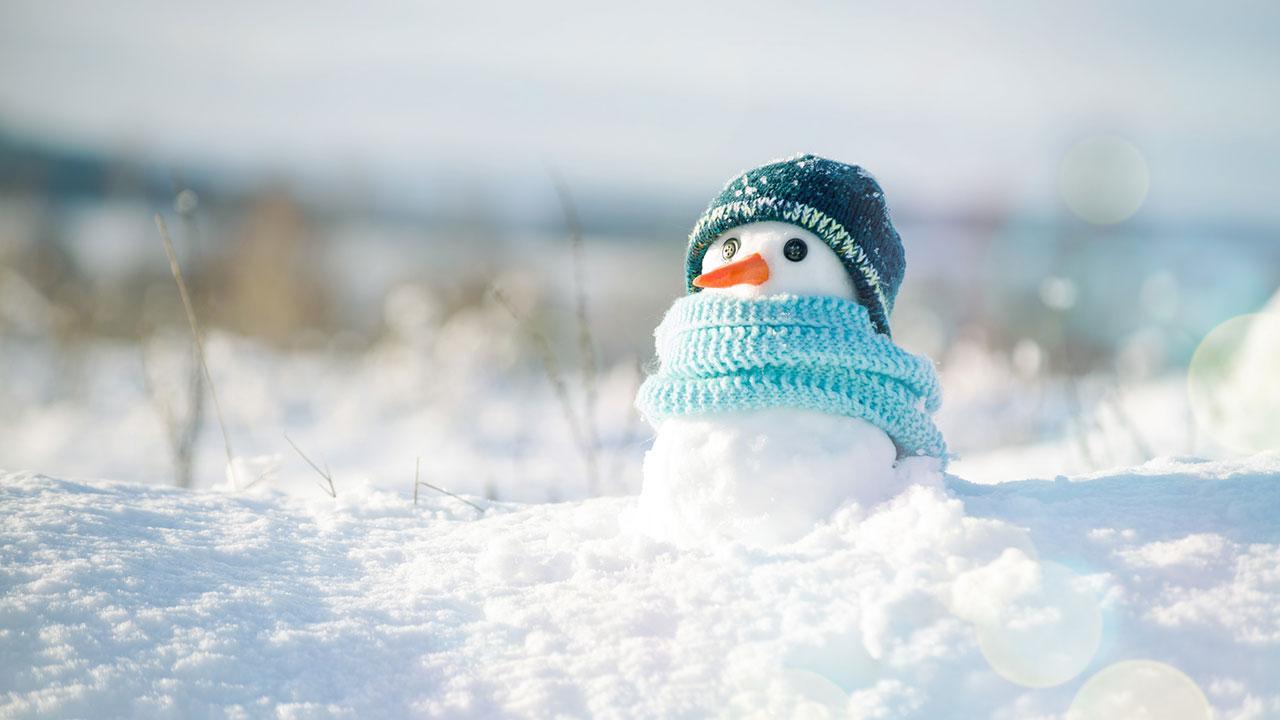 Mit den Kindern einen Schneemann bauen - kleine mit Schal
