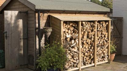 Brennholz einlagern im Winter