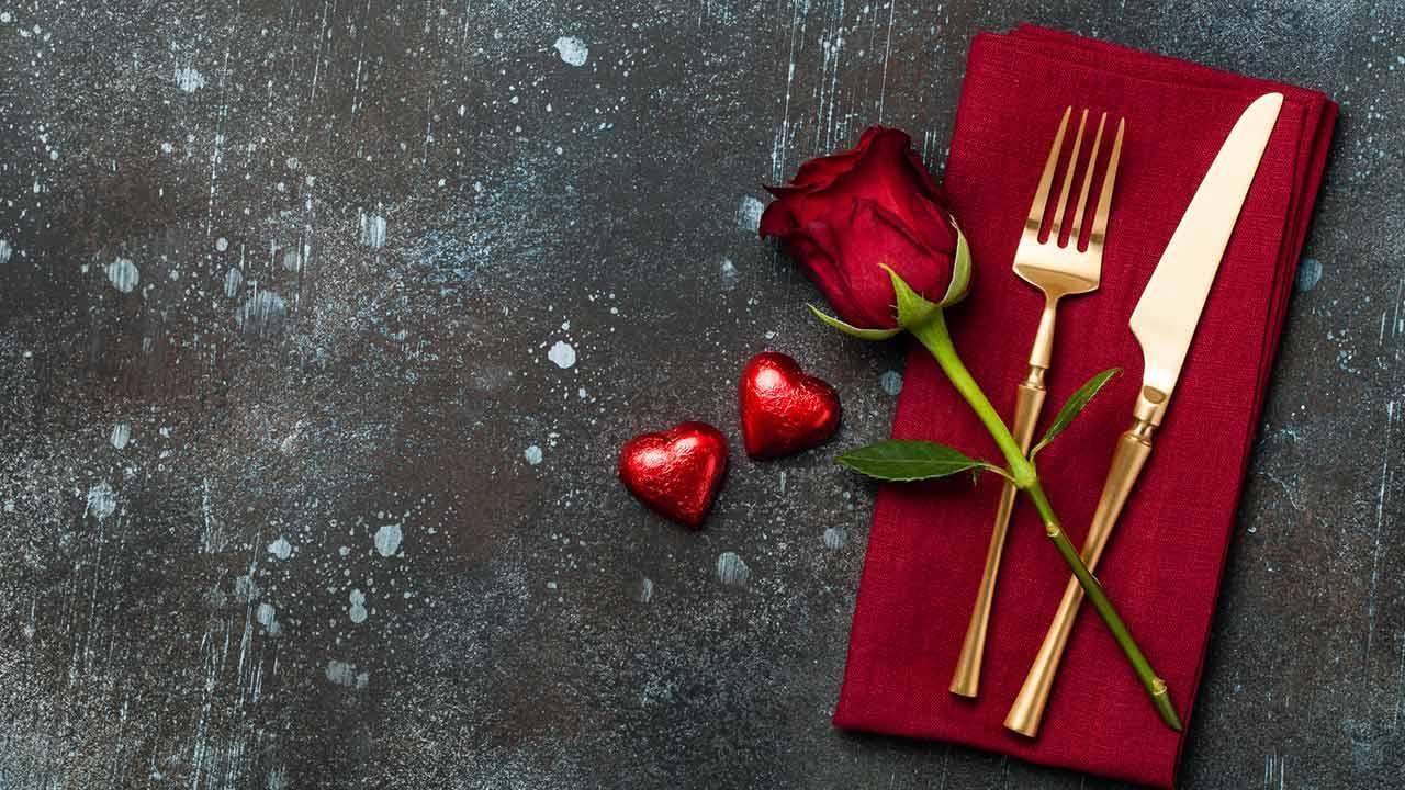 Ein romantisches Valentinsessen planen - Essgedeck mit Rosen