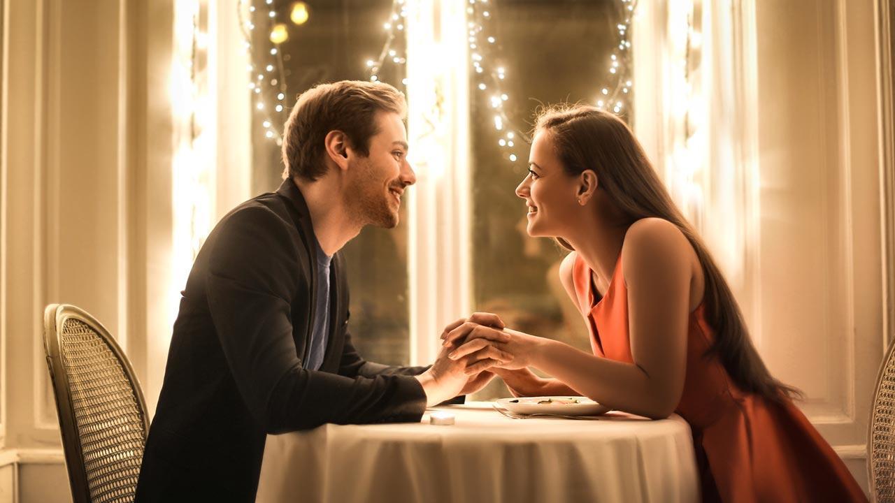 Ein romantisches Valentinsessen planen - Junges Pärchen beim Essen