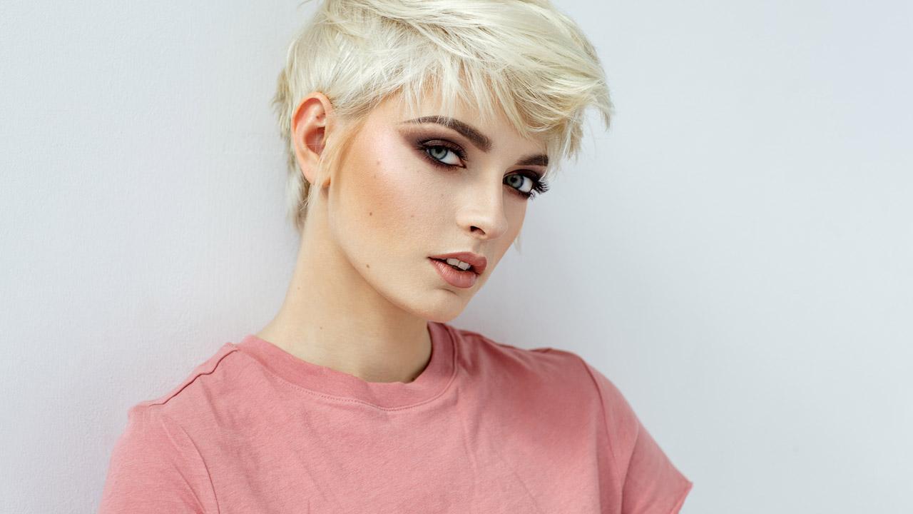 Tipps für das beste Frühjahrs Makeup - Blondine mit kurzem Haar