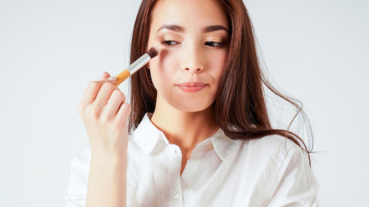 Tipps für das beste Frühjahrs Makeup - Frau schminkt die Augen